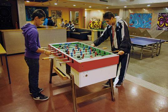 Zwei Jugendliche beim Tischkicker-Spielen