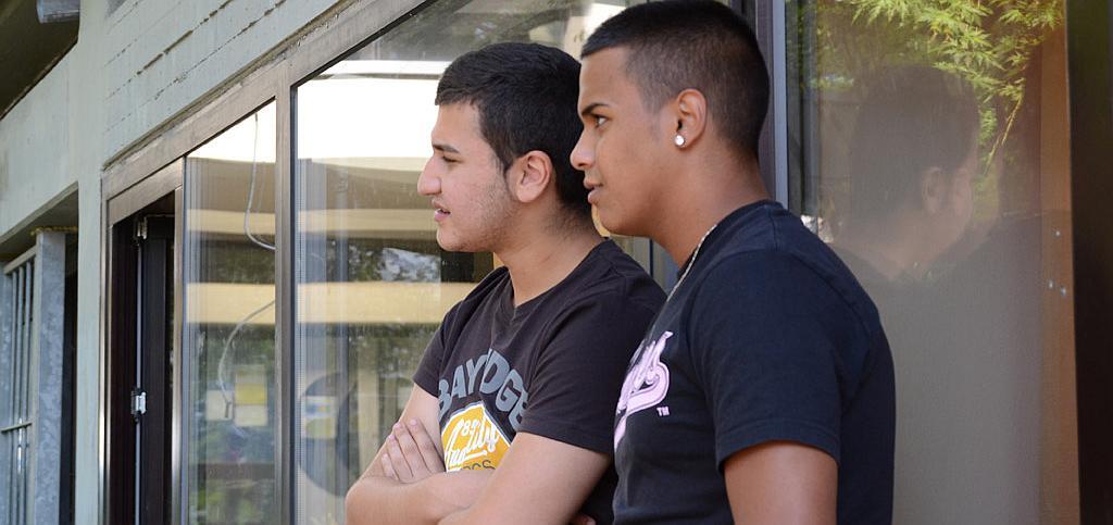 Zwei Jugendliche checken die Lage.