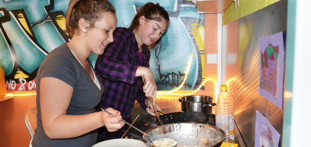 Jugendliche beim Kochen