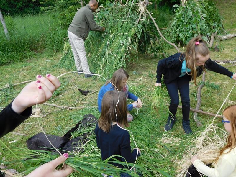 Kinder bauen etwas im Wald