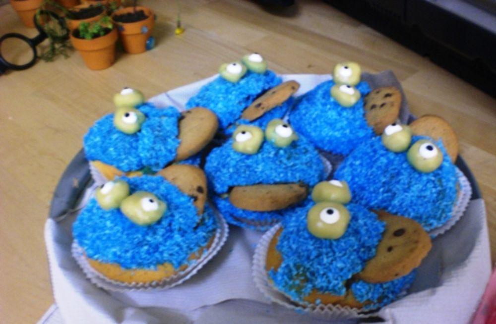 Desserts aus blauen Krümelmonstern und einem Keks sind serviert.