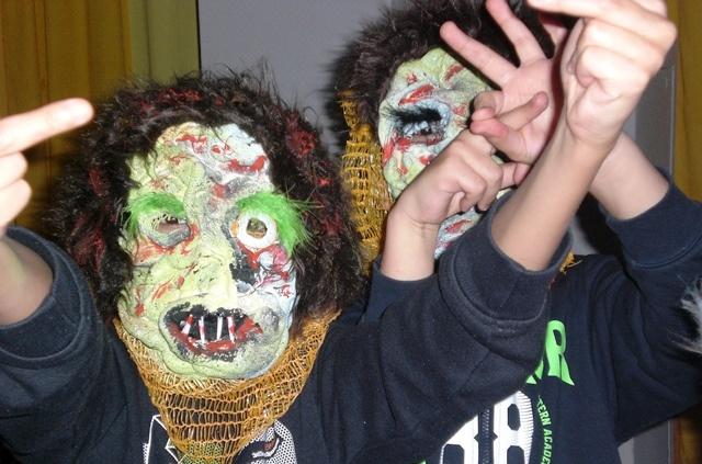 Zwei Jugendliche haben Masken auf und posen für das Foto