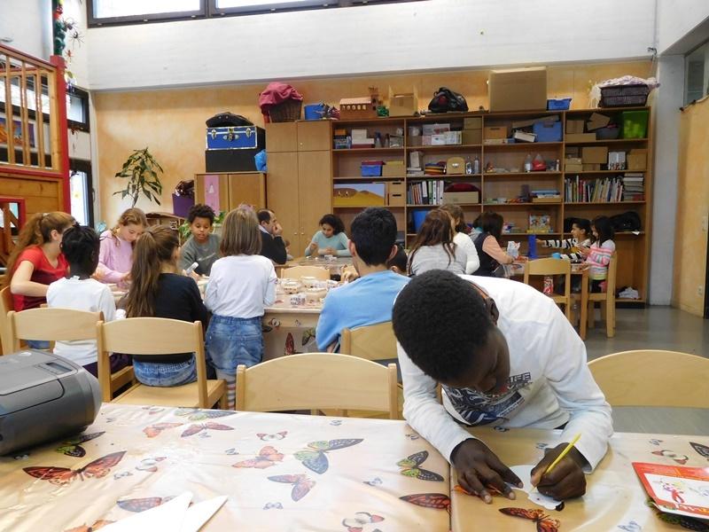 Kreativworkshop. Kinder beim kreativen Gestalten und Ausschneiden.