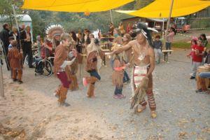 Indianer Tanzen. Darum steht Publikum