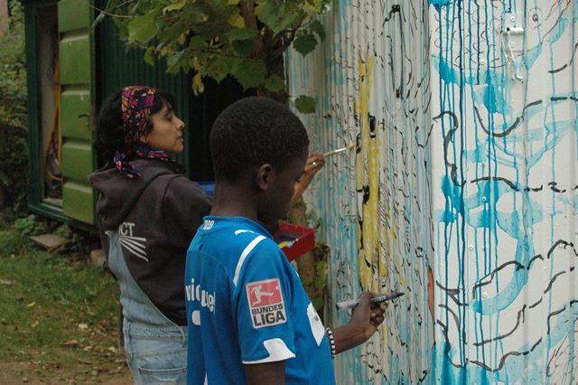 Kinder malen am Bauwagen