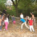 Kinder auf einer Hochseilbrücke, die einen Meter über dem Boden hängt