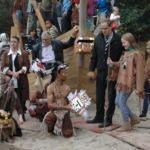 Gruppenfoto mit Kindern und Persönlichkeiten vor dem neuen Piratenschiff.
