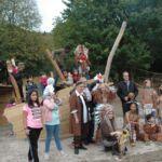 Gruppenfoto mit Kindern und Persönlichkeiten vor dem neuen Piratenschiff