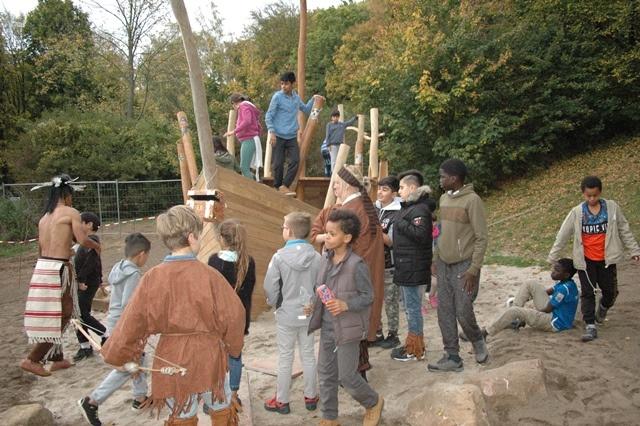 Das Piratenschiuff aus Holz im Sandkasten, mit vielen spielenden Kindern