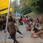indianisch gekleidete Trommelgruppe im Halbkreis vor Publikum