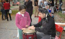 Kind und Erwachsener spielen auf einer Trommel