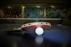 Ein Tischtennisschläger und Ball.