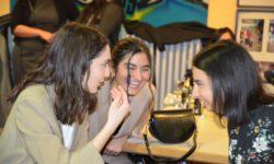 Drei junge Frauen unterhalten sich und haben Spaß.