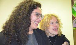Zwei Frauen sprechen.