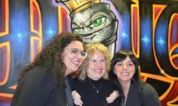 Drei Frauen posieren für die Kamera.