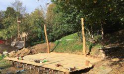 Auf einer Holzterrasse liegen Werkzeuge